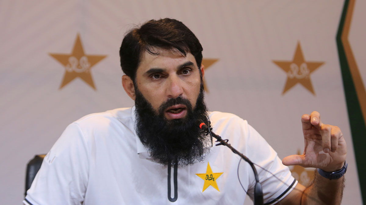 Misbah-ul-Haq proposes a mask for bowlers to ensure they don't use saliva 'instinctively'
