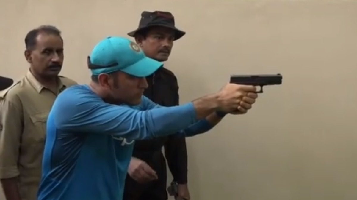 Bulls Eye: Rajyavardhan Singh Rathore's son amazed with MS Dhoni's shooting skills