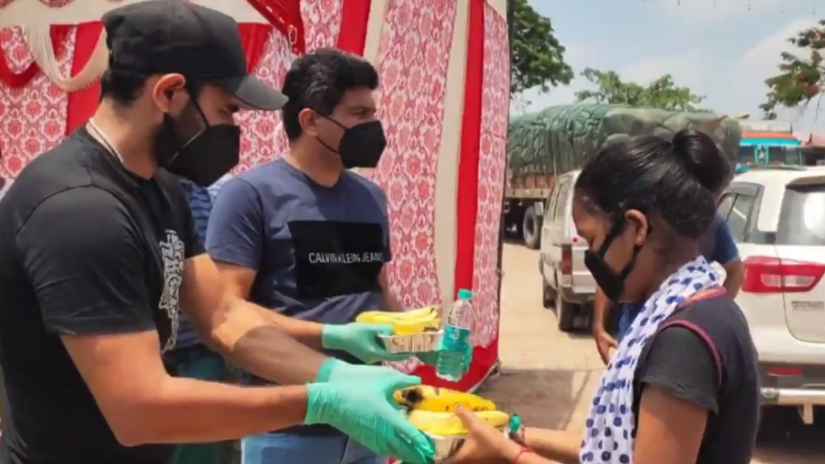 Mohammed Shami distributes food packets and masks on NH 24 in Uttar Pradesh, BCCI shares video